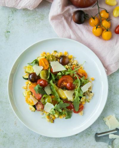 Choclo, calabacines, tomates y bulgur