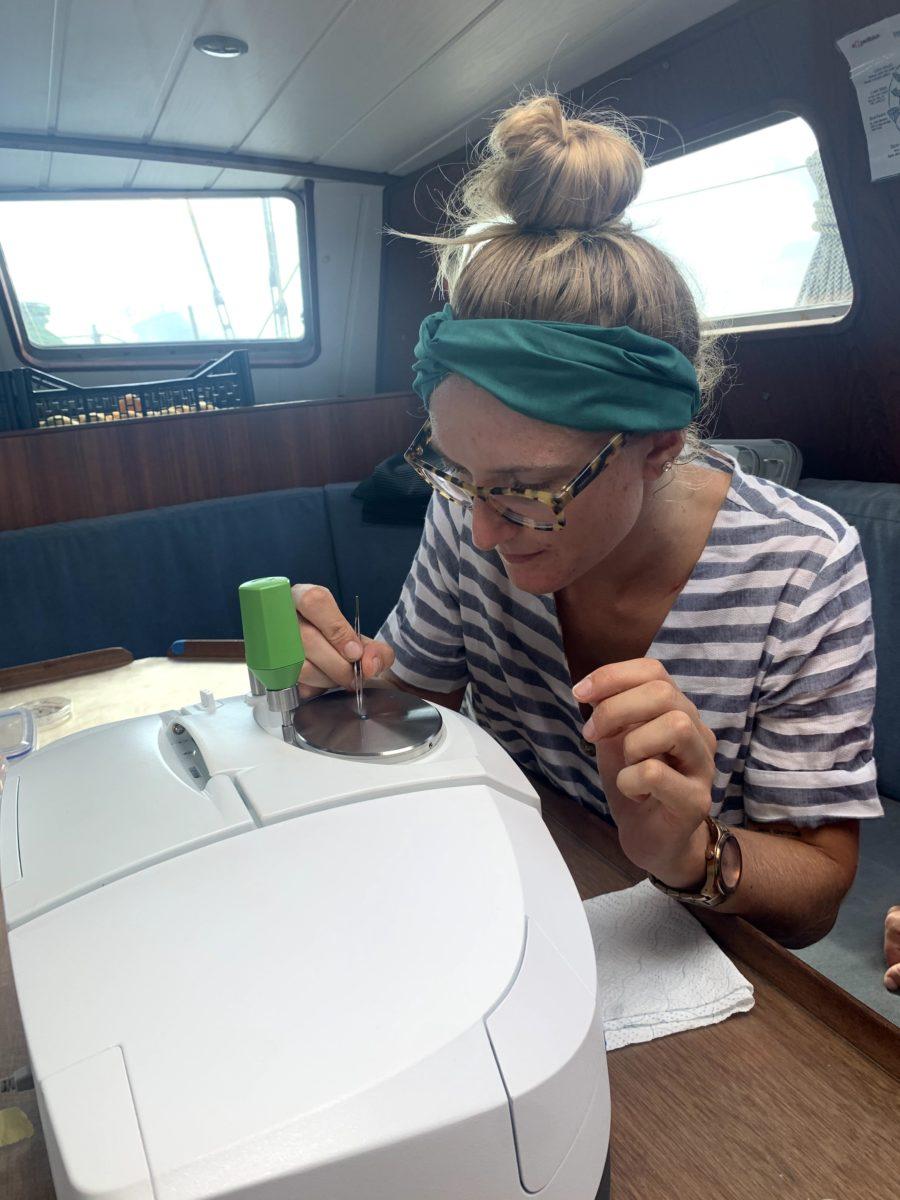 camila trabajando con las muestras