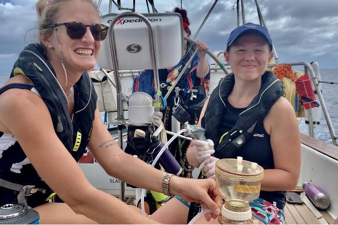 Mujeres exxpedition estudiando microplásticos