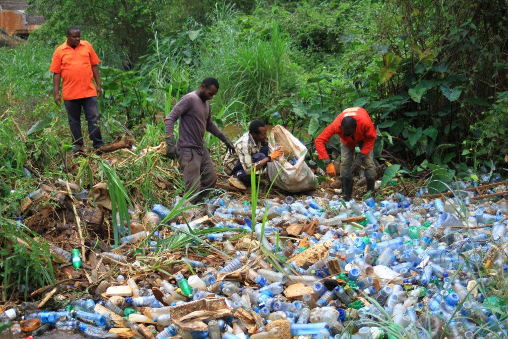 Limpieza de un río en Nairobi
