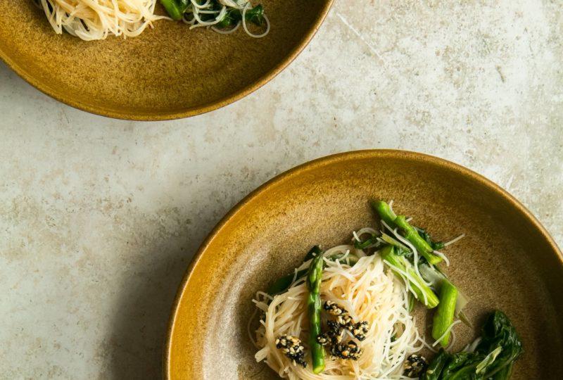 Fideos de arroz con espárragos y salsa de sésamo y maní