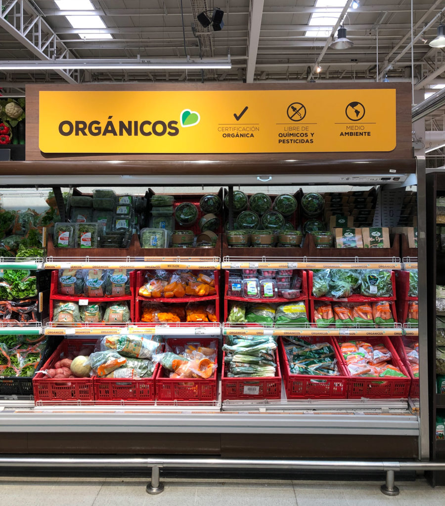 Stand de productos orgánicos en el supermercado